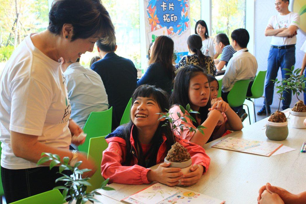 台積電慈善基金會董事長張淑芬今天在現場與員工的孩子分享孝道與愛。記者郭政芬/攝影