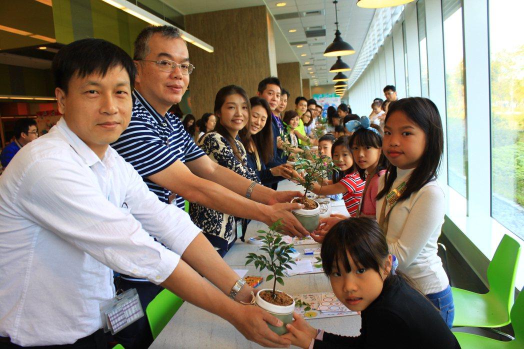 現場的小朋友把植栽獻給父母,透過親手製作,認識到父母親愛的呵護與澆灌,孩子們做卡...