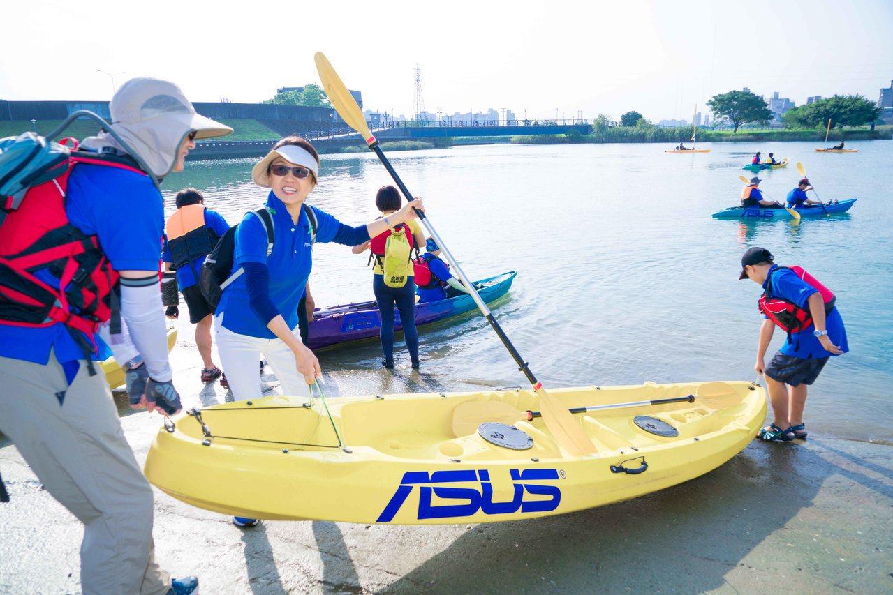 華碩鬧熱關渡節獨木舟隊伍準備出發。圖/華碩提供