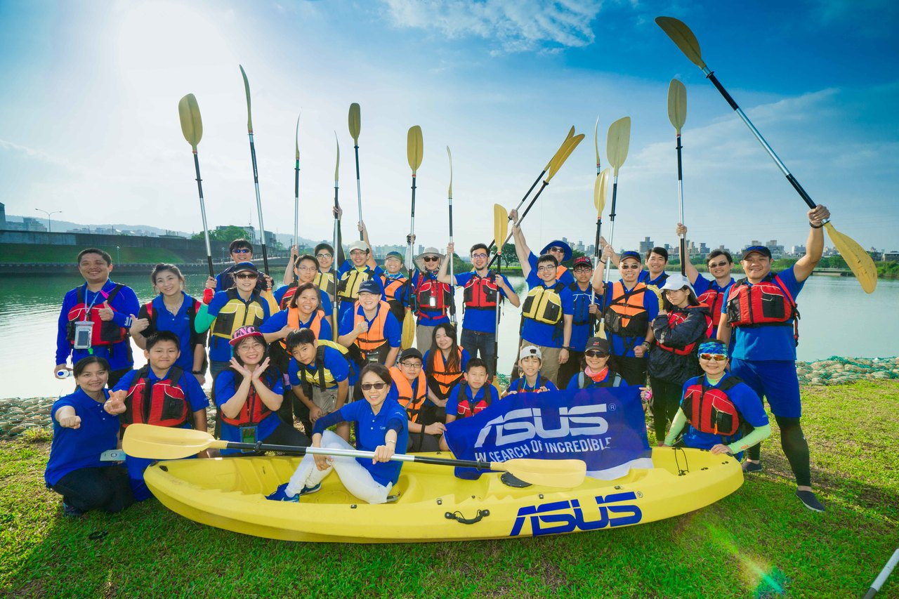 鬧熱關渡節今年新增獨木舟項目,華碩亦派出隊伍參加。圖/華碩提供