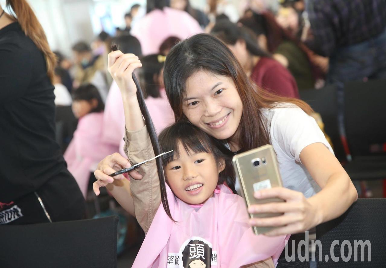 癌症希望基金會今天舉辦第3屆百人捐髮活動。 記者/余承翰攝影