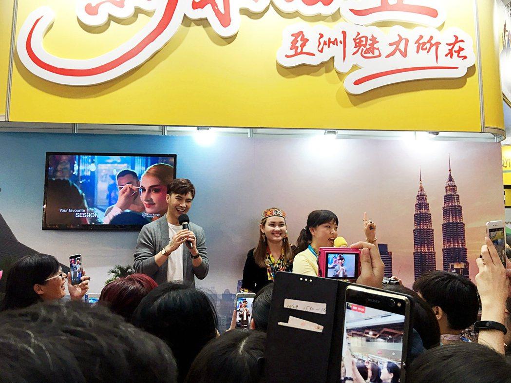 藝人謝佳見到馬來西亞觀光局站台,介紹馬來西亞風光。記者魏妤庭/攝影