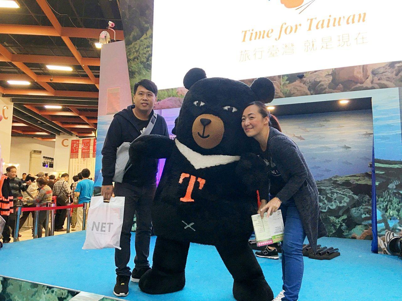 民眾輪流與吉祥物熊讚合照拿贈品。記者魏妤庭/攝影
