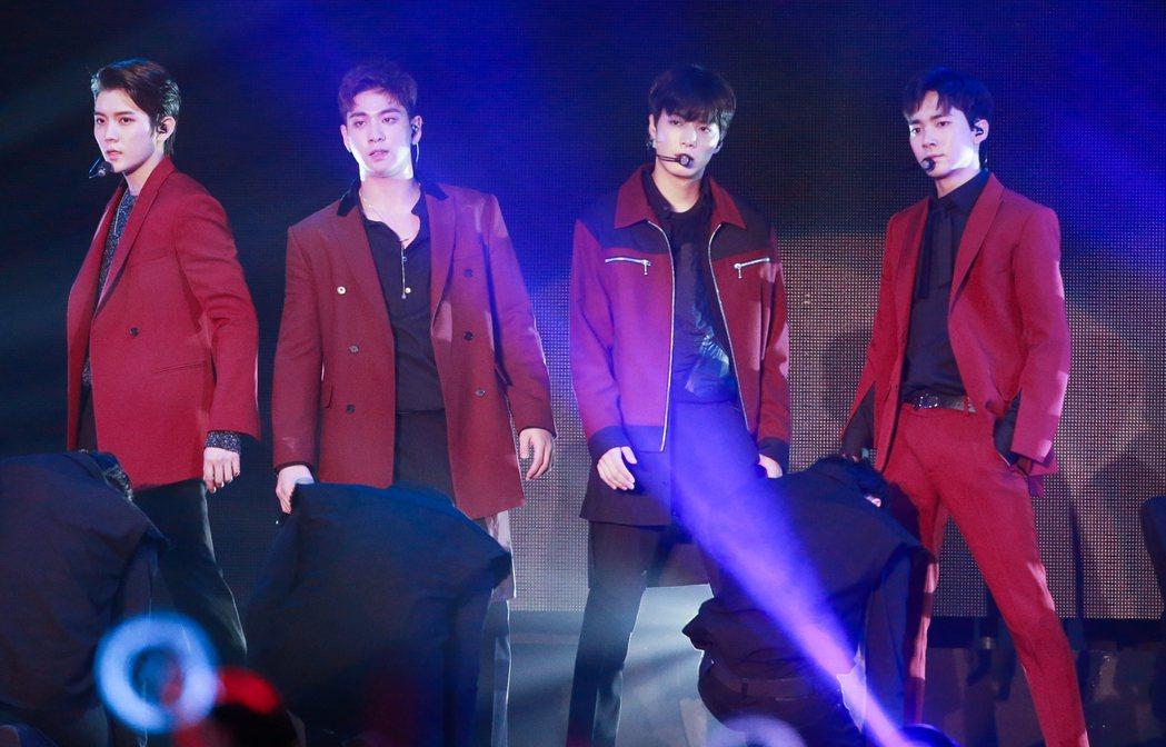 韓國團體「NU'EST W」在台大體育館舉辦演唱會,開場即勁歌熱舞,現場氣氛熱鬧...