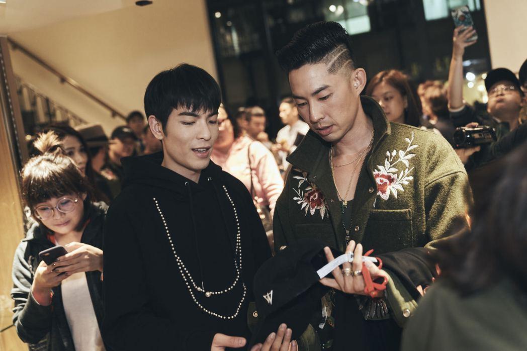 蕭敬騰(左)到吳建豪(右)的服飾店捧場。圖/環球提供