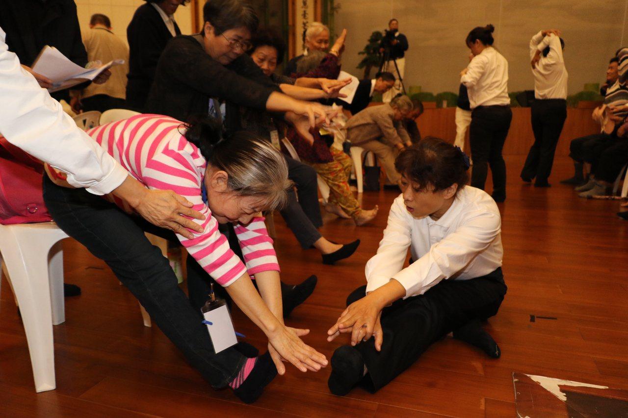 慈濟人醫會醫護人員幫長者測肢體柔軟度。記者施鴻基/攝影