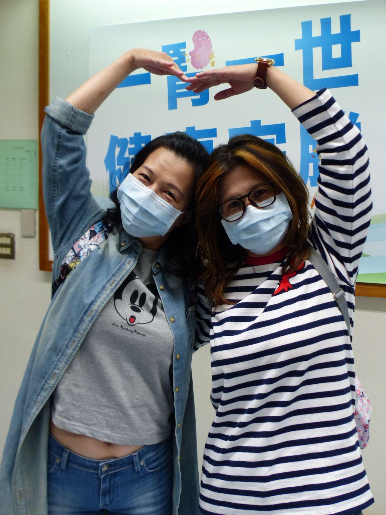 朱姓女子(右)捐腎給姊姊(左),術後15年來,年年出國旅遊。記者趙容萱/攝影