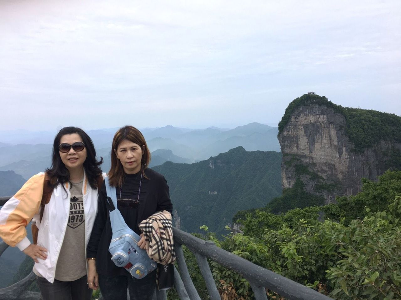 朱姓女子(左)捐腎給姊姊(右),術後15年來年年出國旅遊,今年剛遊完張家界。圖/...