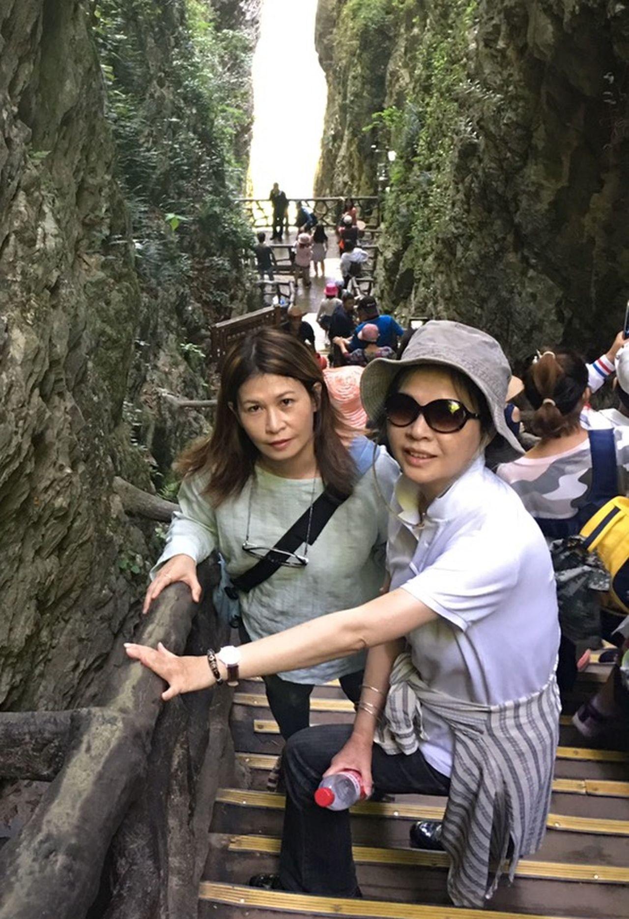 朱姓女子(右)捐腎給姊姊(左),術後15年來年年出國旅遊,今年剛遊完張家界。圖/...