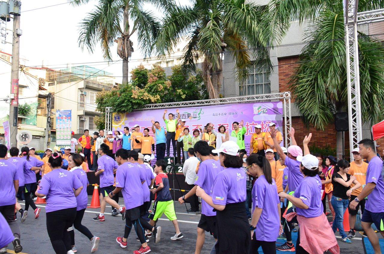 彰化縣進入路跑月,員林市區路跑昨天清晨先登場,吸引8千多名民眾和親子參加。記者何...