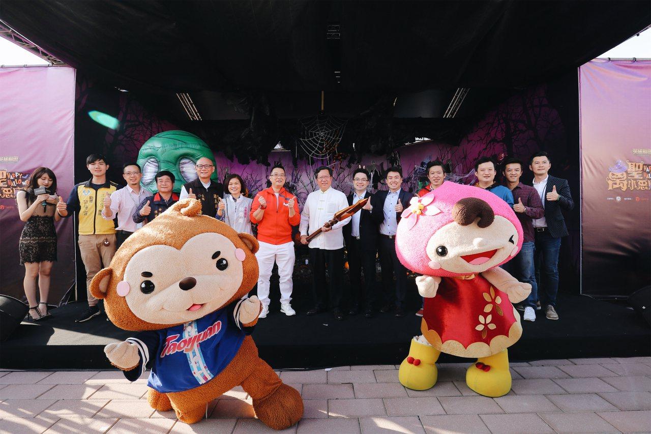 桃園市長鄭文燦(圖中白衣)、新加坡駐台辦事處代表黃偉權(著紅衣者)與Sea集團公...