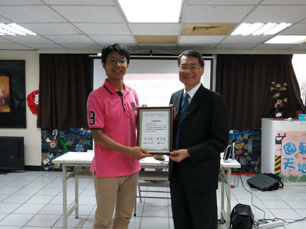 台灣人壽總經理林欽淼(右)頒發結訓證書予參訓學員。台灣人壽/提供