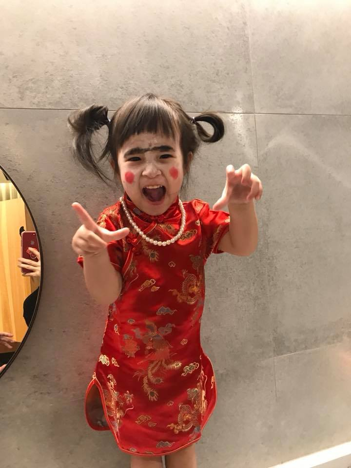 Mia扮成「殭屍版紅衣小女孩」。圖/摘自臉書