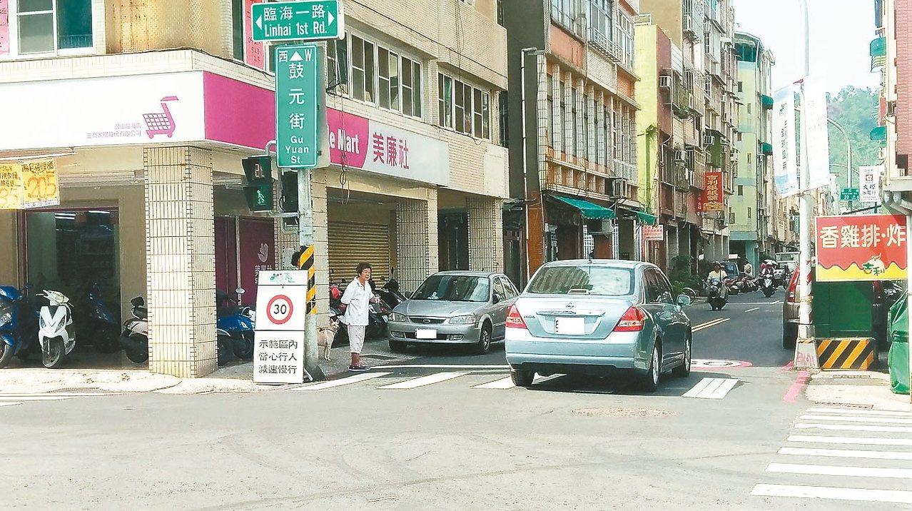 高市府10月舉辦為期1個月的生態交通全球盛典,禁絕燃油汽機車進入哈瑪星社區,隨著...