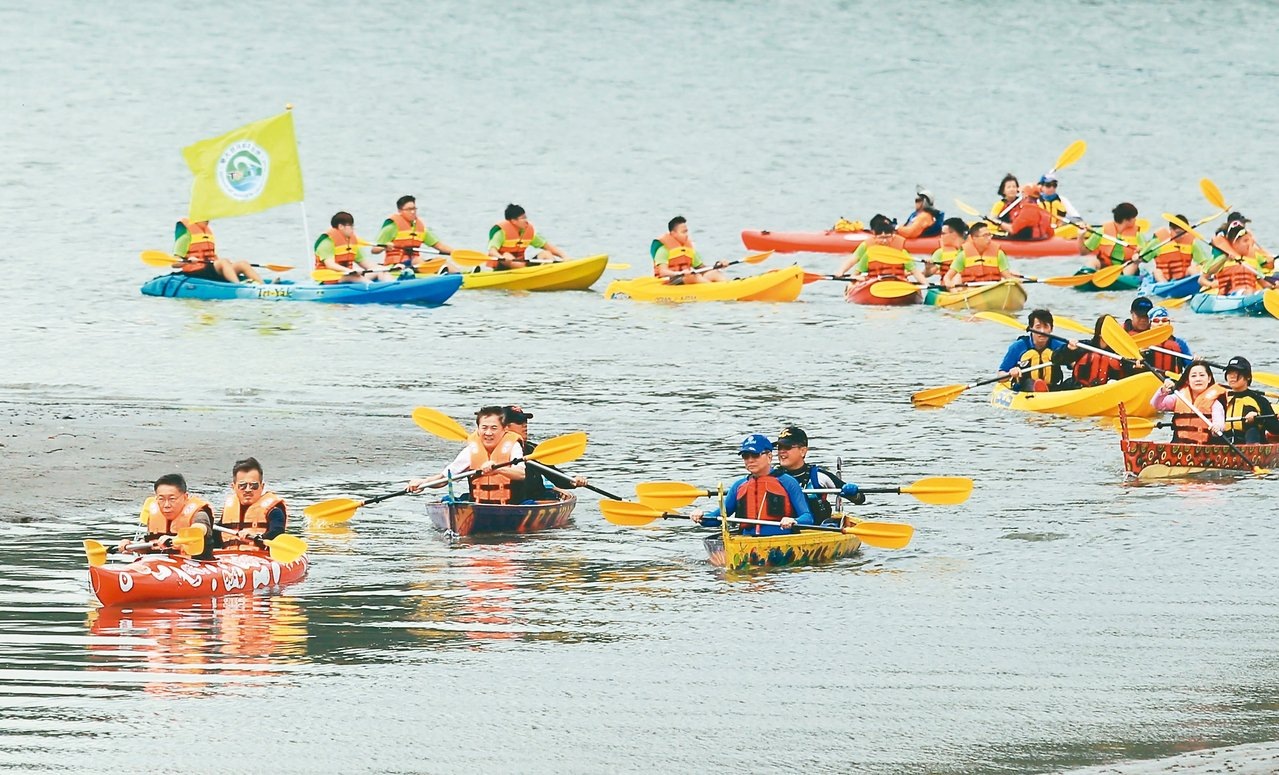 「2017鬧熱關渡節」昨登場,台北市長柯文哲(左一)帶領獨木舟船隊抵達關渡。 記...