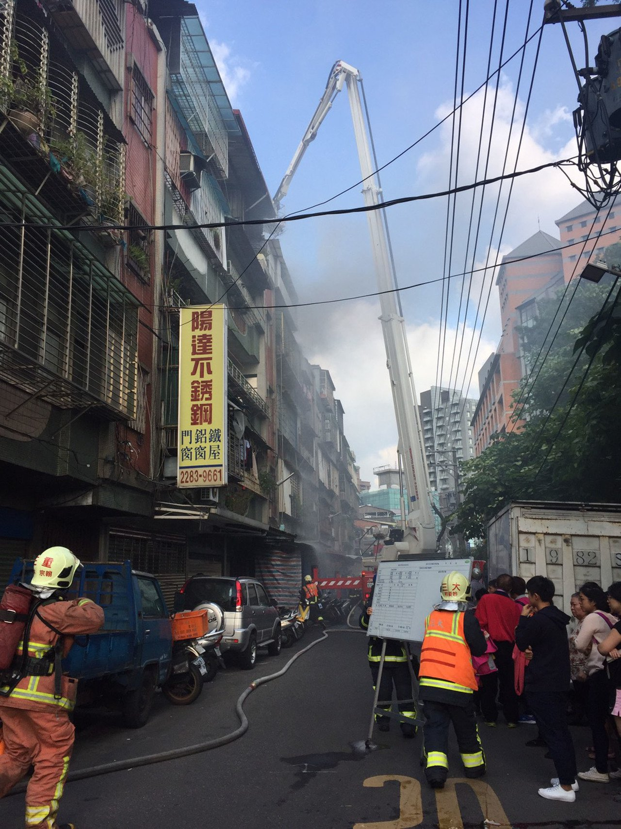 新北市蘆洲區信義路一棟公寓頂樓加蓋29日下午火警,消防人員獲報趕往搶救,在屋內發...