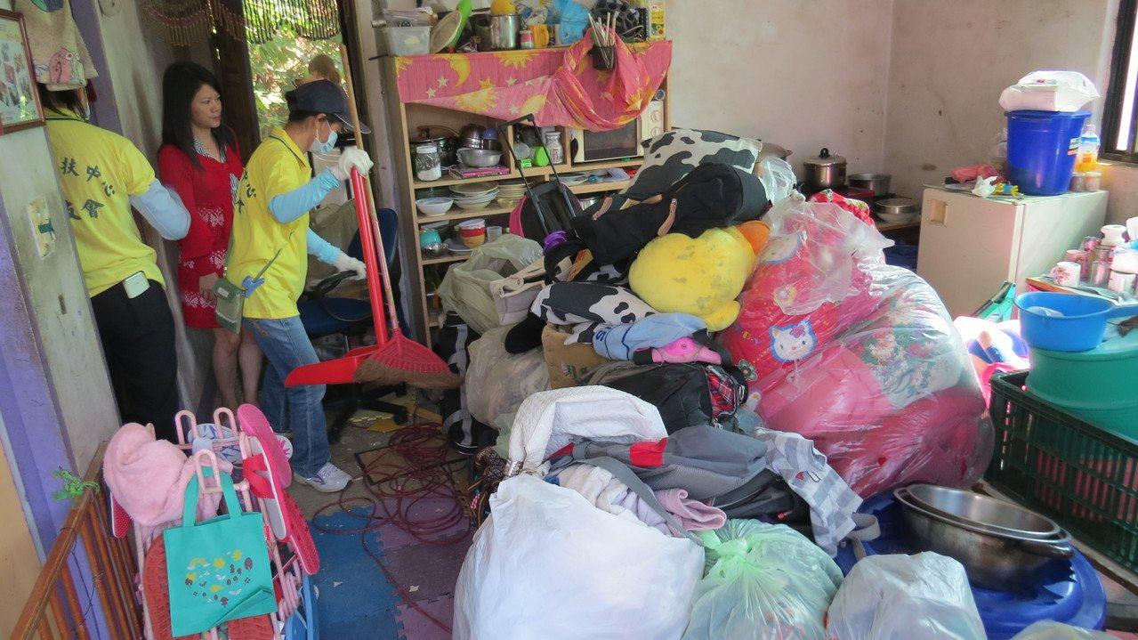 苗栗縣泰安鄉小萱家中堆滿雜物,家友會協助清理。 記者范榮達/攝影