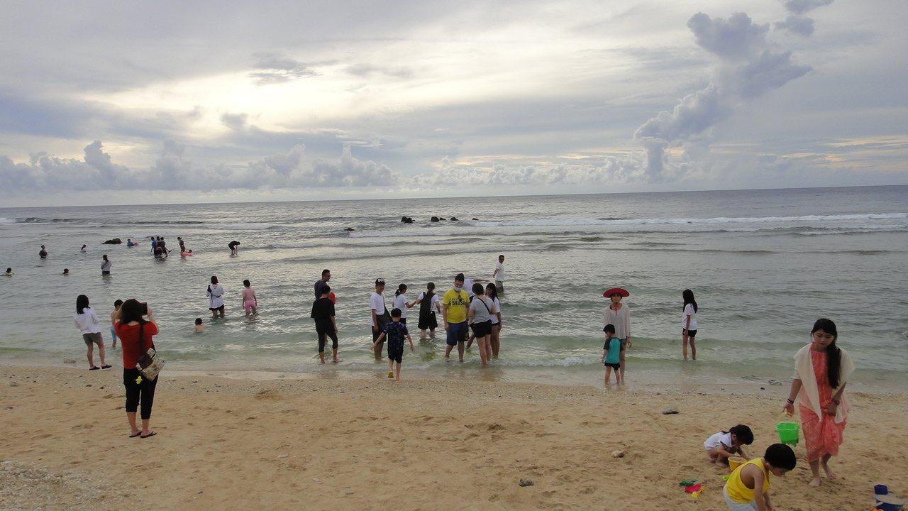 蛤板灣沙灘是一處美麗的白色貝殼沙海灘,綿延約有一百公尺長,海岸弧線優美,十分適合...