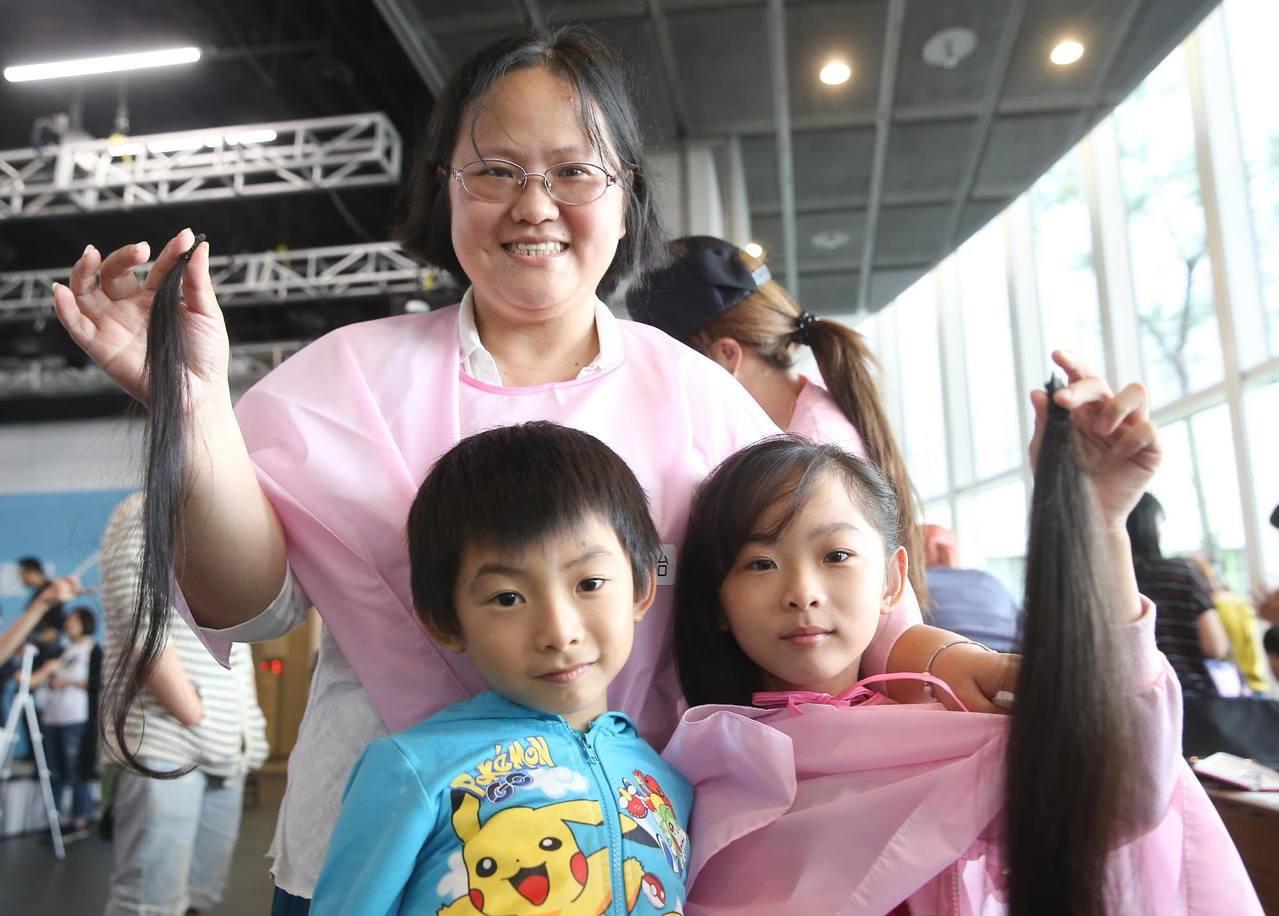 雅筠(後)帶著兒女參加百人捐髮活動,與女兒一起捐髮做愛心。  記者/余承翰攝影