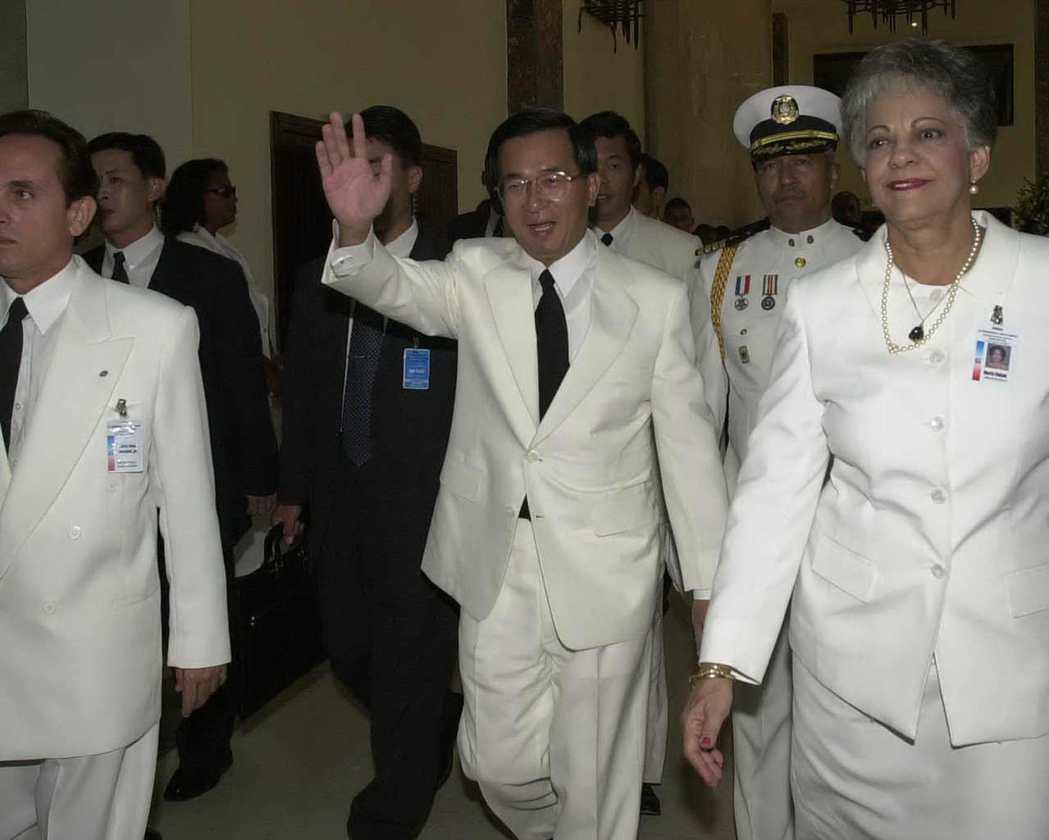 陳水扁穿著白色禮服參加多明尼加總統就職典禮,並揮手致意。 圖/報系資料照片