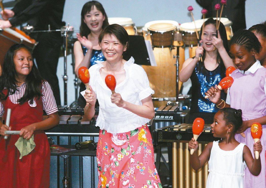 周美青陪同馬英九出訪貝里斯時,難得穿上大花裙表演打擊樂,令人驚豔。 圖/報系資料...