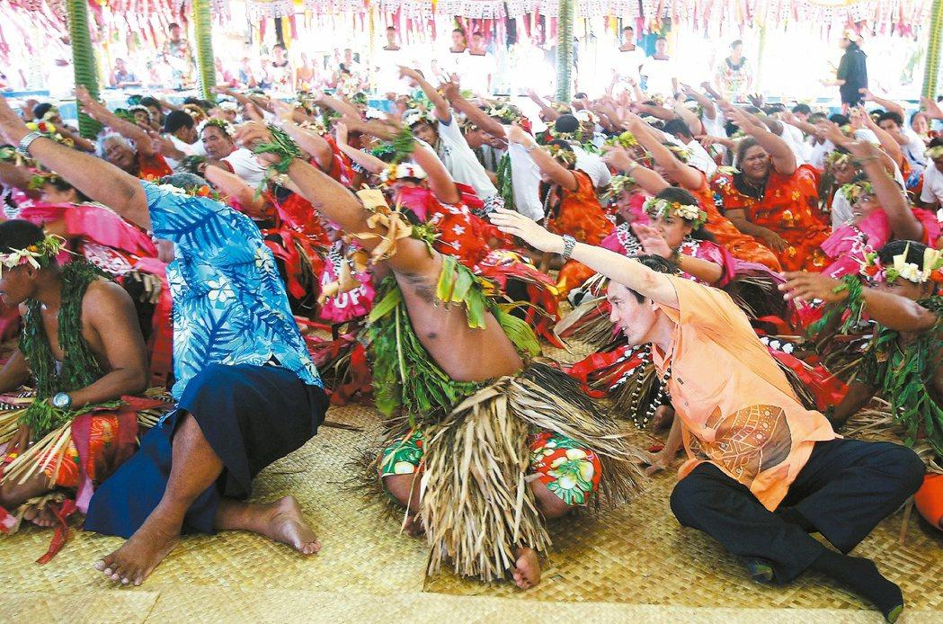 2010年馬英九(前右)出訪南太友邦,在國宴上與吐瓦魯總理葉雷米亞(前左二)加入...