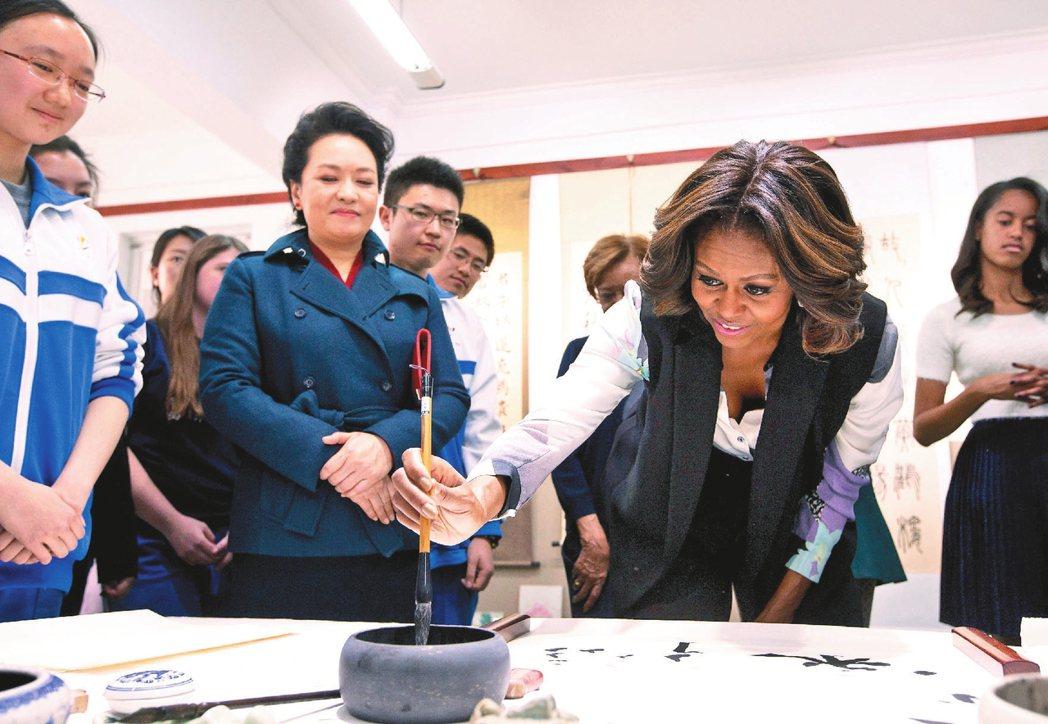 美國前第一夫人蜜雪兒‧歐巴馬(右二)在中國第一夫人彭麗媛(左二)陪同下,參觀北京...