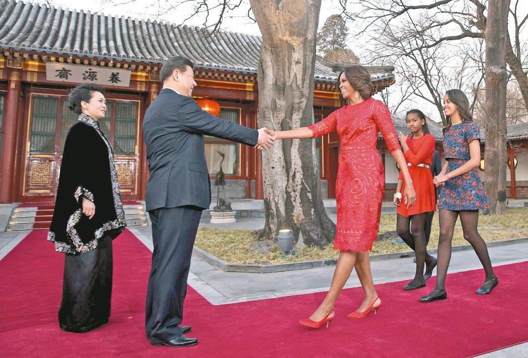 中共國家主席習近平、彭麗媛夫婦(左)在北京釣魚台國賓館「家宴」款待美國第一夫人蜜...