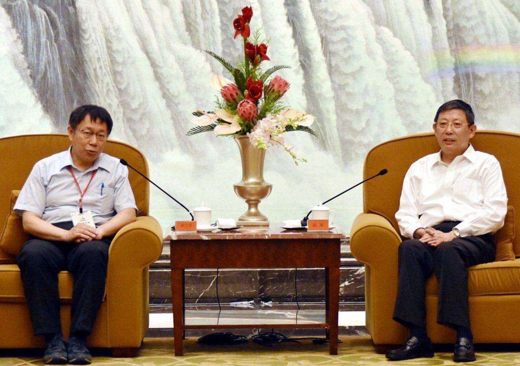 台北市長柯文哲(左)2015年參加上海雙城論壇,與上海市長楊雄會面。 圖/報系資...