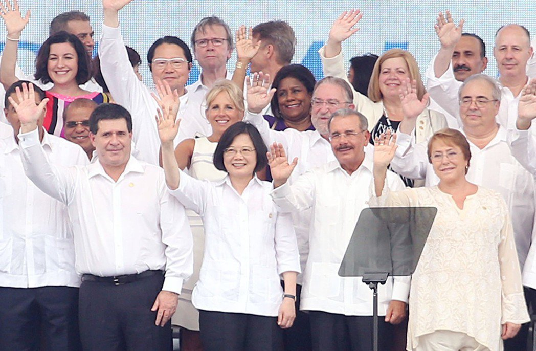 去年在巴拿馬運河拓寬竣工典禮舞台上,蔡英文總統與各國政要向群眾揮手致意;在蔡總統...