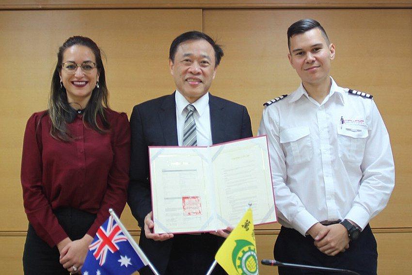 萬能科技大學校長莊暢(中)與澳洲南十字星大學代表Juna Ferrett(左)締...