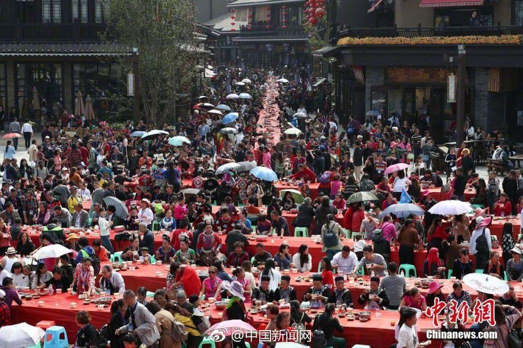 重陽節當天,貴州省萬達小鎮舉辦萬人長桌宴,長達2140米的長桌宴擺滿苗族傳統佳肴...