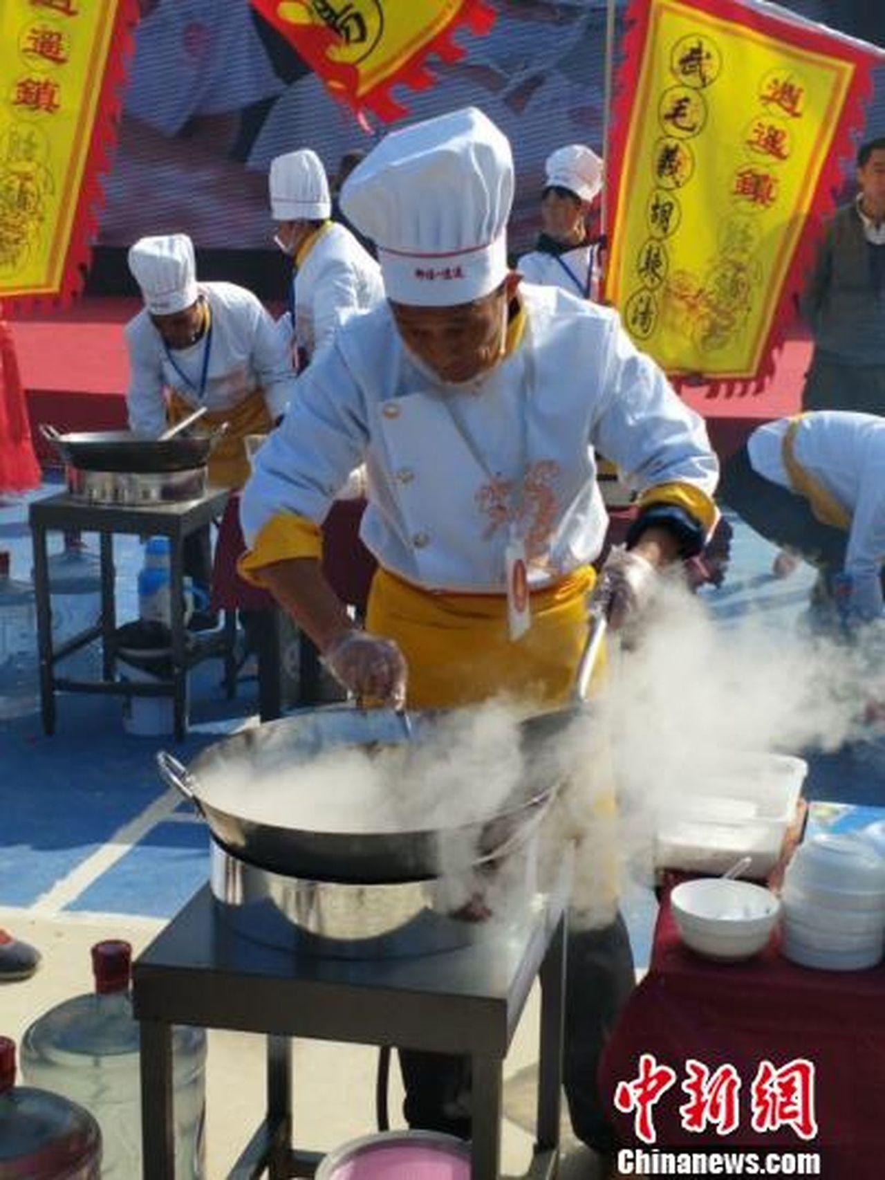 胡辣湯大賽29日在河南省西華縣逍遙鎮舉行,40位名震一方的胡辣湯高手參與角逐。一...