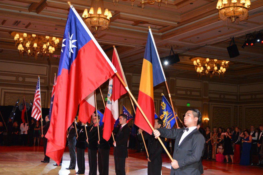 台灣國標舞教師嚴家隆高舉國旗唱中華民國國歌。(記者馮鳴台/攝影)