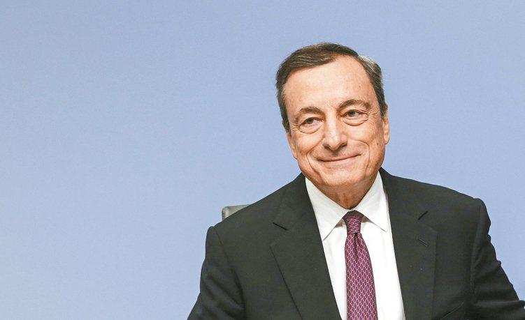 歐洲央行維持利率不變,法人對歐股中長線仍樂觀。圖為歐洲央行總裁德拉吉。 歐新社