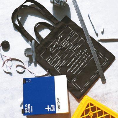 Carry Me五周年,特別以黑與白的率性簡約方式來呈現「Tag標籤帆布袋」,且...