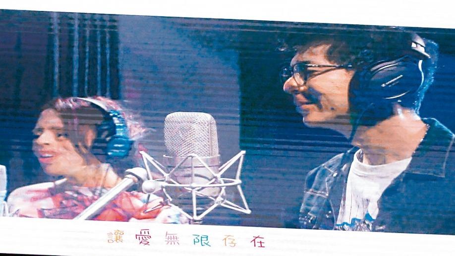 金曲歌王荒山亮(右)為高雄市國際身心障礙者日編寫主題曲「讓愛無限存在」,荒山亮與...