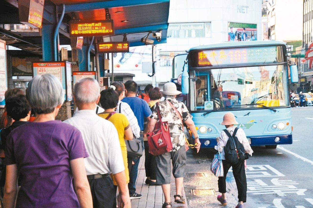 基隆市65歲以上老人可持社福卡免費搭市公車,二信公車循環站前經常很多老人家搭公車...