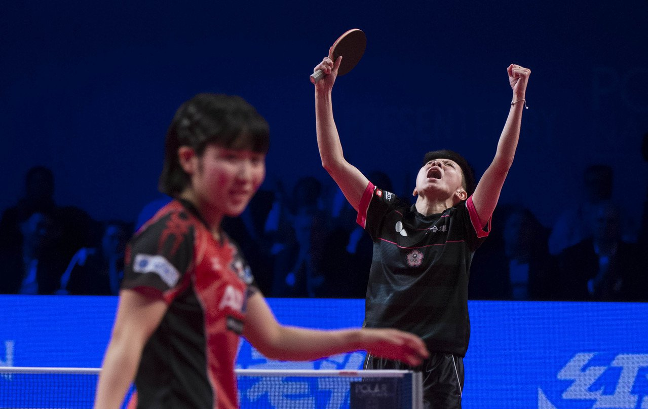 鄭怡靜(右)以4比2戰勝日本選手平野美宇,獲得季軍。 新華社