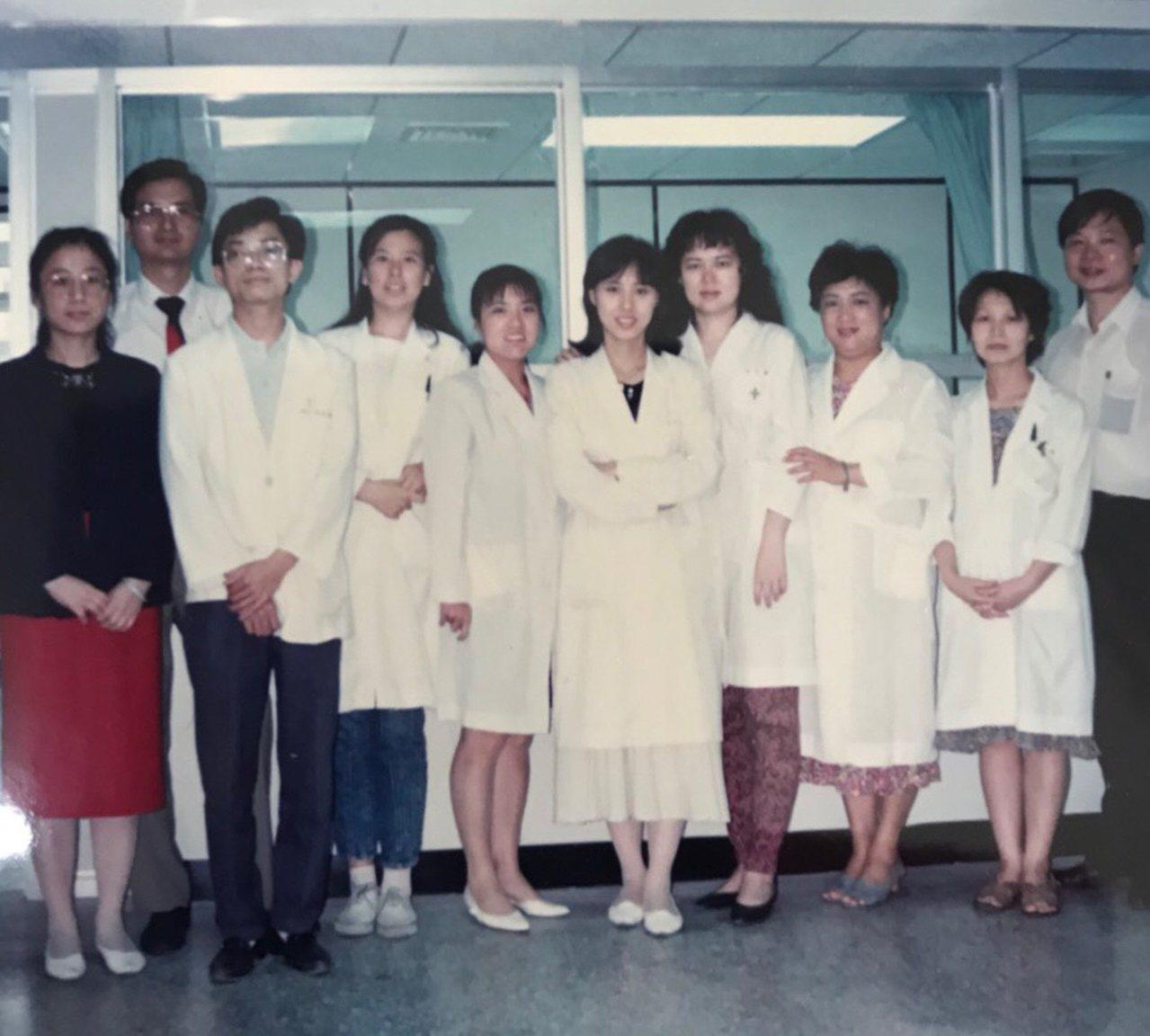 位於信義路上的健保第二門診中心,早年是服務公務人員的公保台北第二門診中心,承載許...