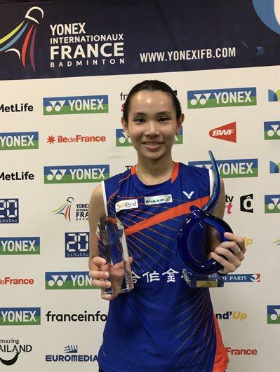 台灣羽球選手戴資穎於當地時間29日在法國羽球公開賽以21比4、21比16的成績,...