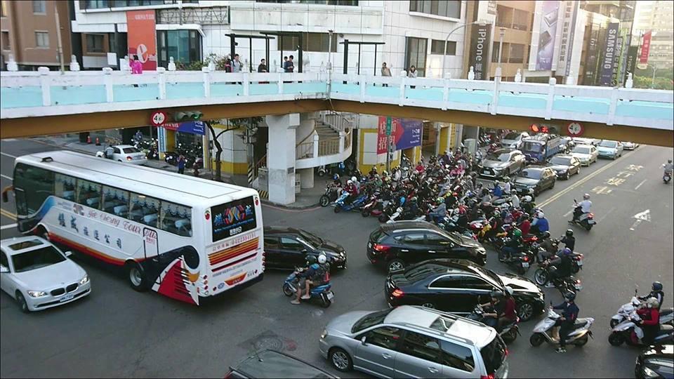 機車集體到路口無限待轉,抗議兩段式左轉。圖擷自臉書