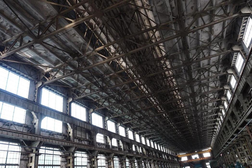 臺北機廠內的組立工場,大跨距、挑高與長167公尺的現代主義建築蔚為壯觀。 攝影/許伯崧(下同)