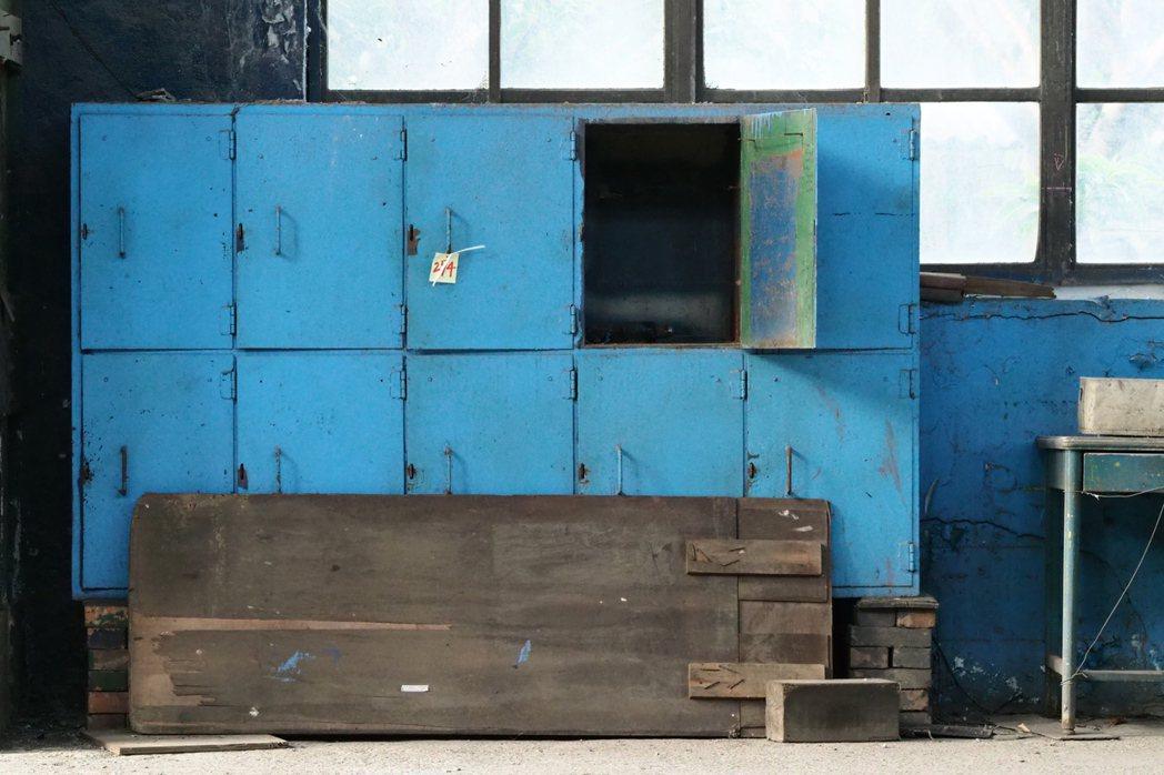 組立工場內留有台鐵員工的日常用品,上頭編號為文化部列冊追蹤之用。