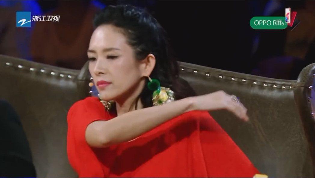 章子怡將劉燁的鞋子丟出去。 圖/擷自Youtube