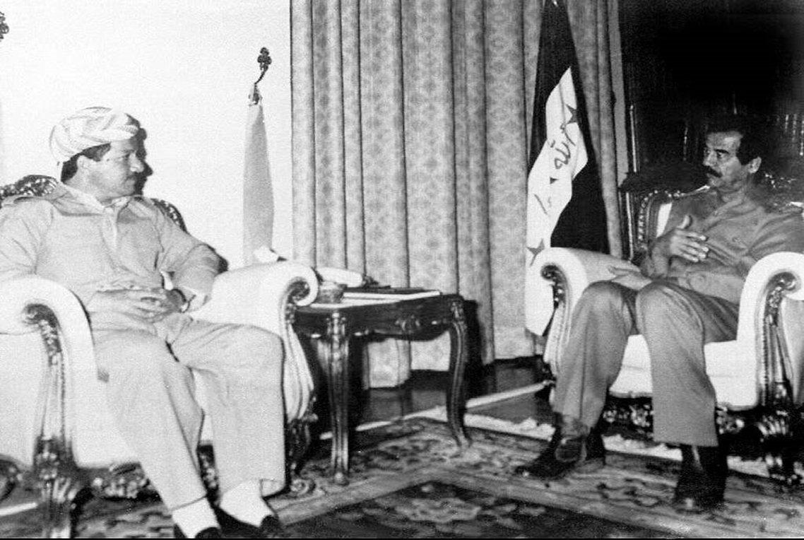 1996年巴爾札尼(左)與海珊(右)握手言和,聯軍北上、發起了庫德斯坦內戰的八月...