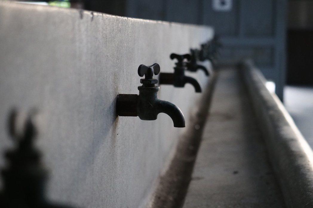 員工澡堂中的銅製水龍頭,由台鐵員工打造。