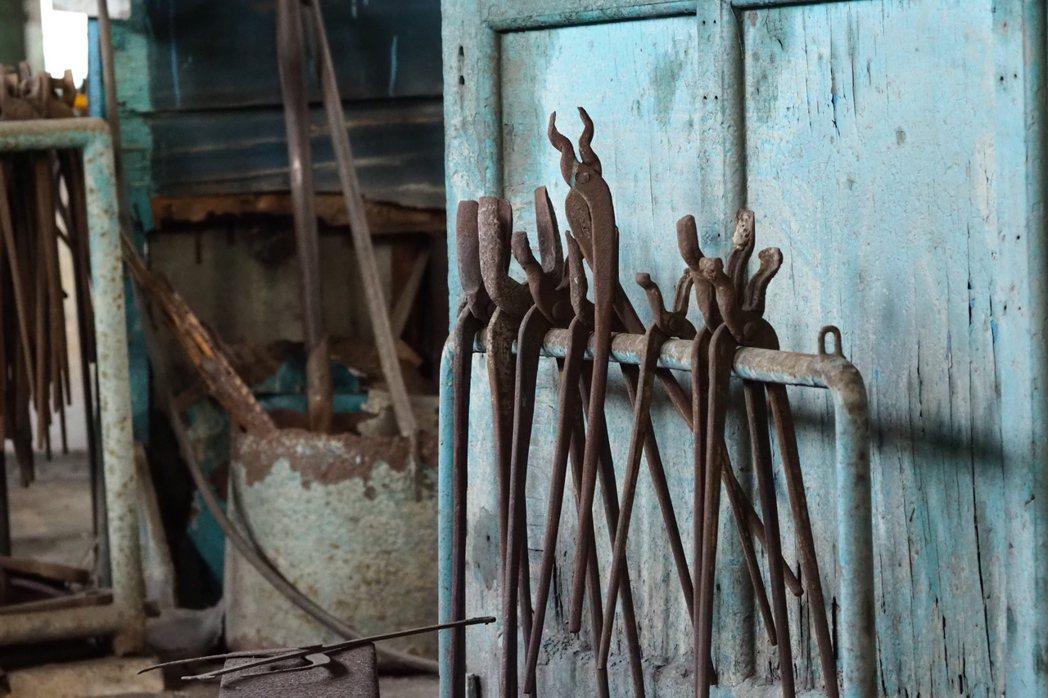 鍛冶工場內的老器械。