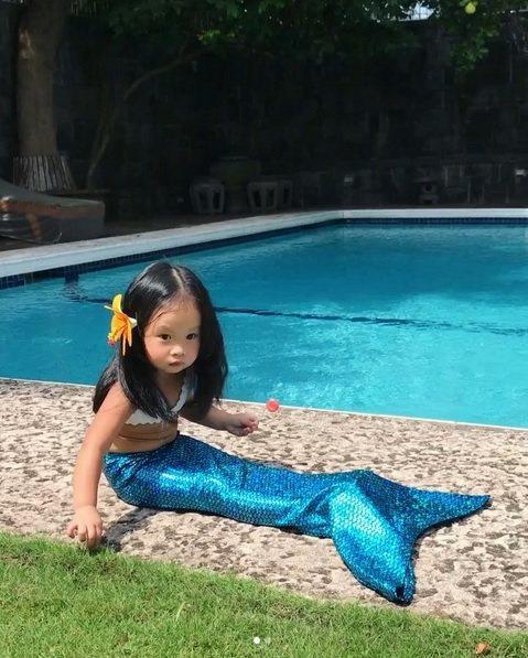 關穎把女兒打扮成美人魚。 圖/擷自關穎IG