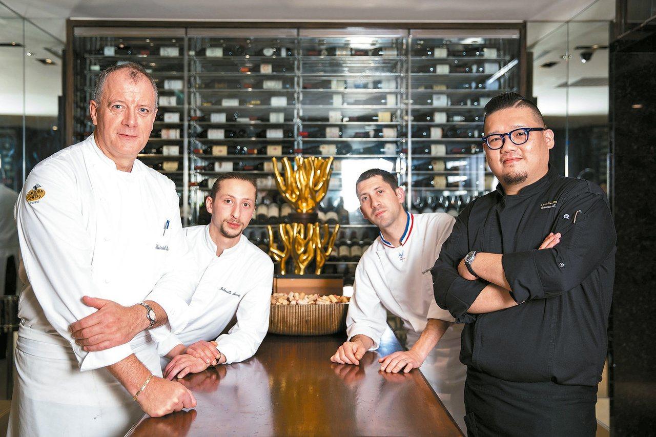 台北國賓A CUT主廚凌維廉(右)與法國米其林二星「金字塔餐廳」廚藝團隊。 台北...